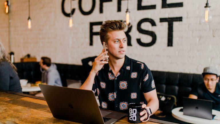 réseauteur qui boit un café
