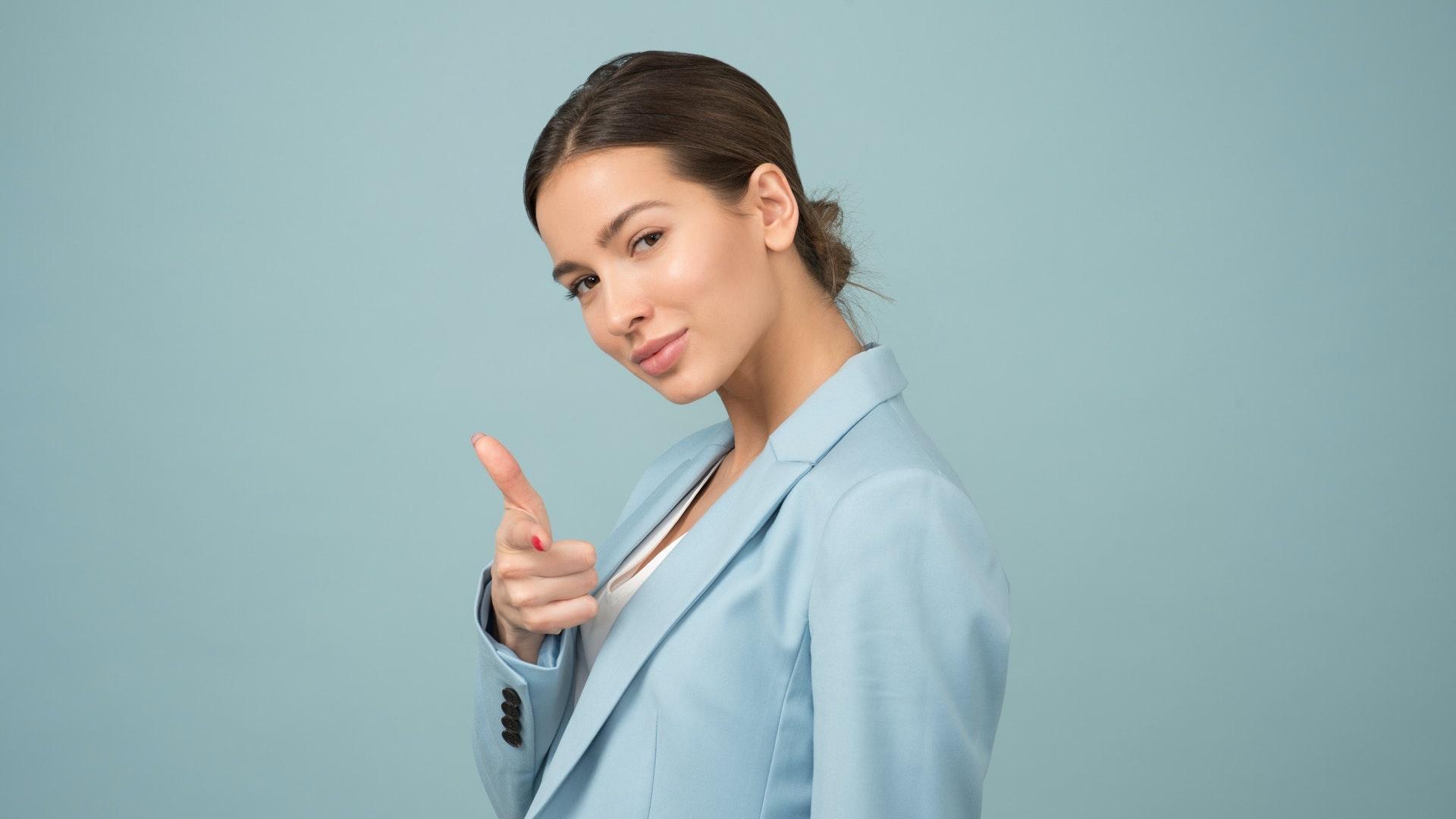femme en veste bleue qui a l'air déterminée