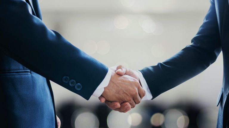 Networking : personnes qui se serrent la main